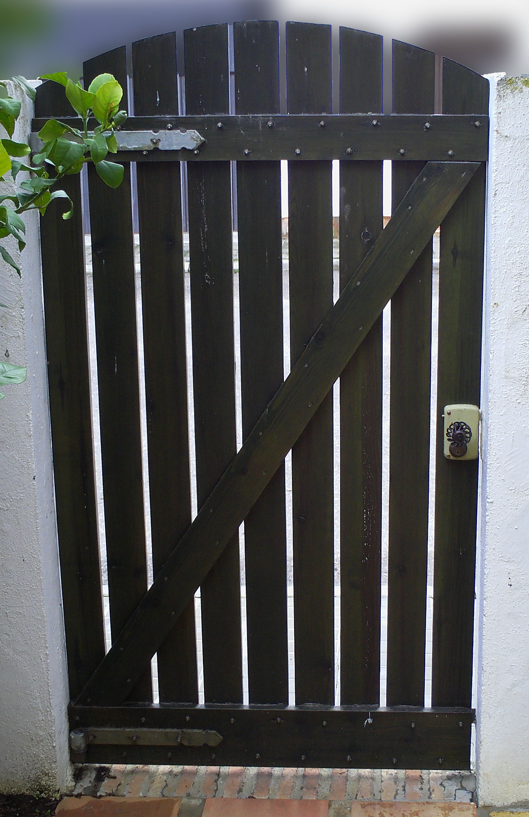 Como hacer unas puertas de jard n de madera ikkaro - Puertas de madera para jardin ...