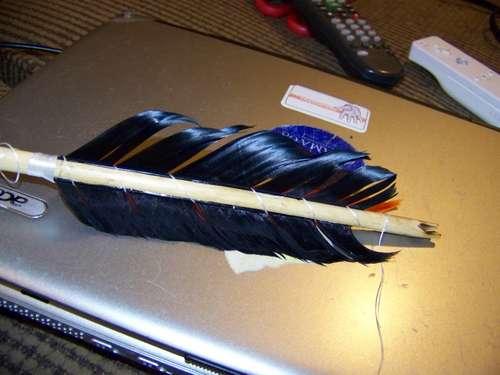 atar plumas a la flecha