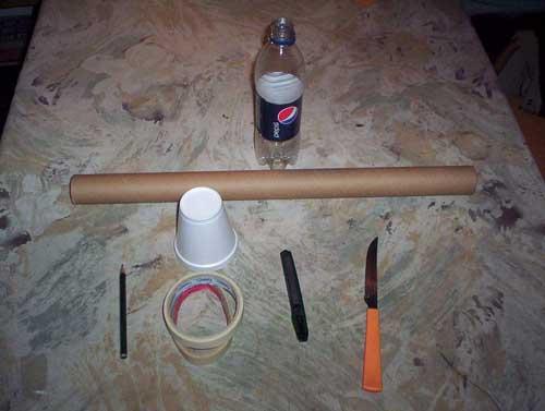 de plástico y la sujetamos con la cinta a un extremo del tubo