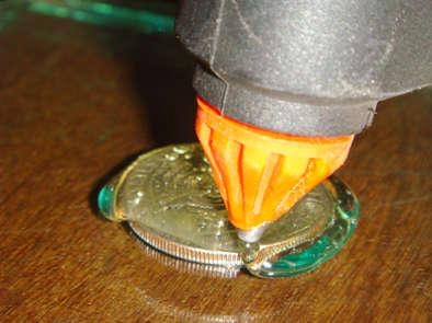 Por último únicamente hay que rellenar el molde con una resina epoxi ...