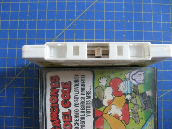 Cassette de canciones infantiles con la cinta rota