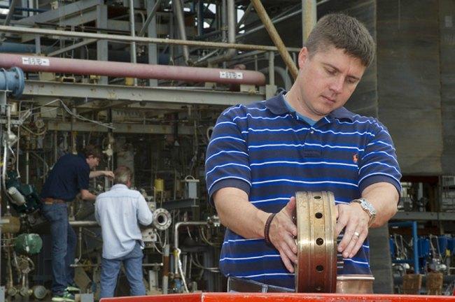 Ingeniro preparando el inyector del cohete impreso en 3D