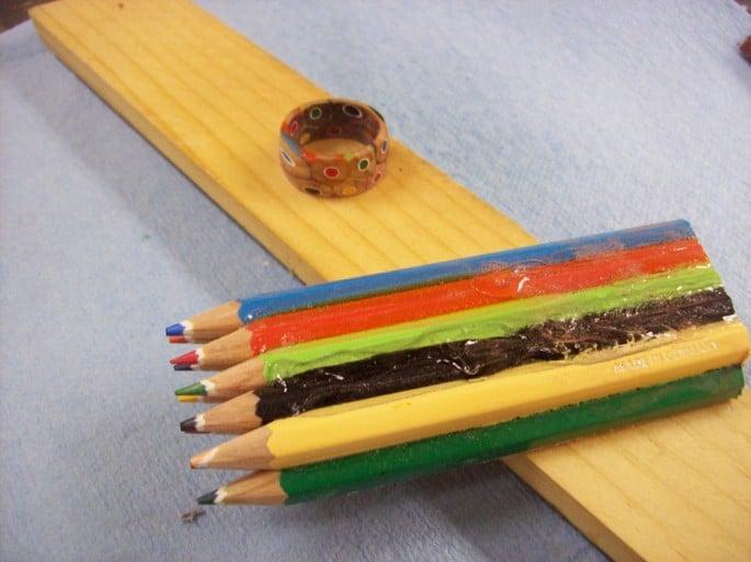 Producto inicial y acabado juntos, los lápices y el anillo