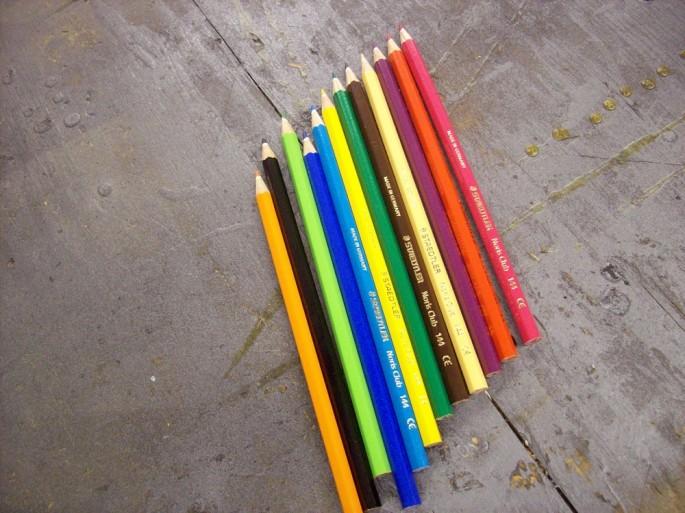 Lápices de colores elegidos para hacer un anillo.