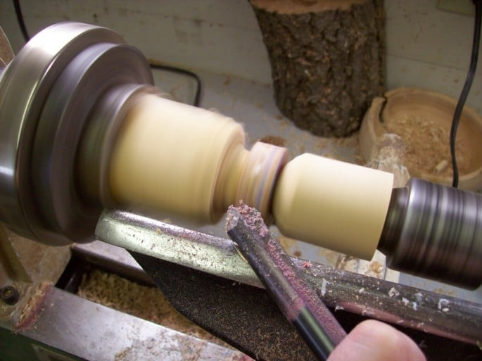 Torneado del trozo de madera pra darle la forma final de anillo