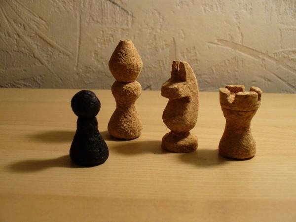 piezas de ajedrez casero hechas de tapones de corcho