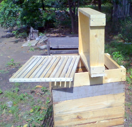 View of the necessary implements to assemble the hive