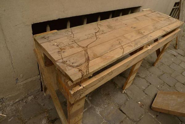 Como hacer una mesa con un palet ikkaro for Mesa de palets paso a paso