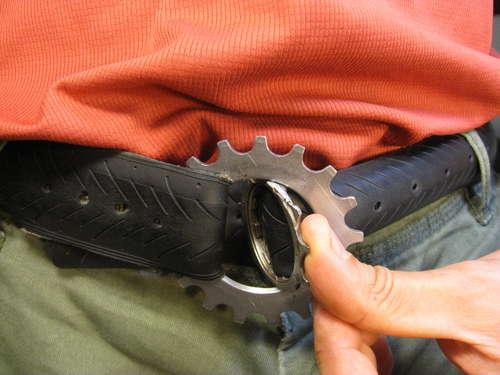 como hacer un cinturón casero con una rueda de bici