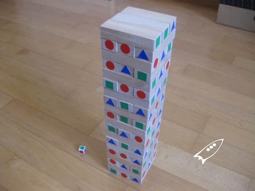 Torre Jenga modificada para jugar en su versión de colores