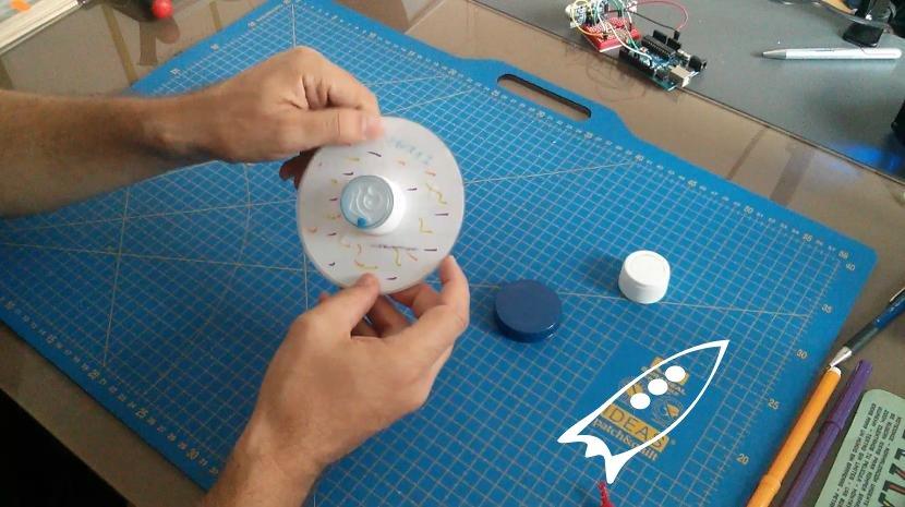 Agarre de peonza hecho con un tapón reciclado