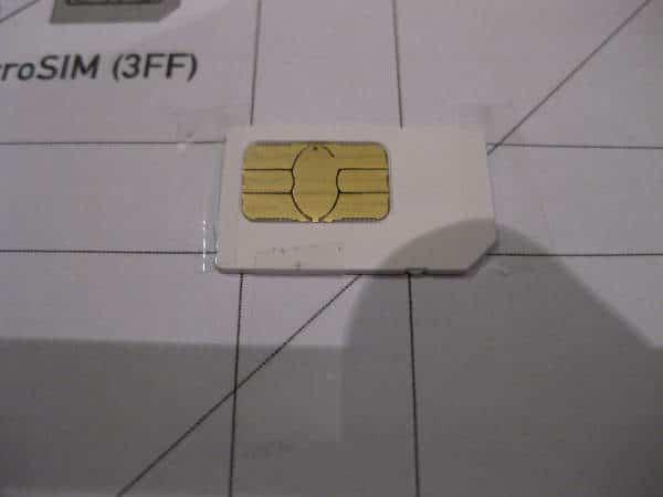 Fijar tarjeta SIM con celo a la plantilla