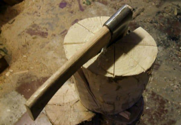 cortar piezas de madera con un hacha
