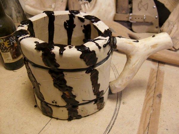 Sellan e impermeabilizando la jarra con propóleo