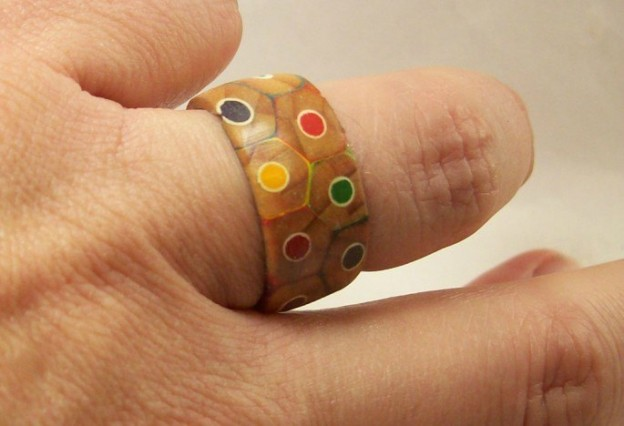 Como hacer un anillo con lápices de colores casero