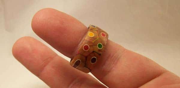 Anillo hecho de lápices de colores