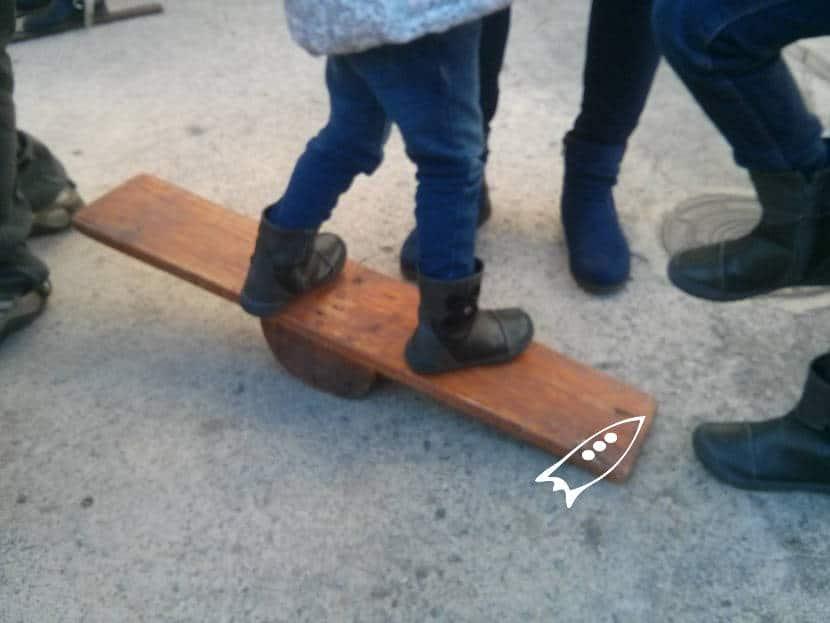 Balancín de madera para aprender a mantener el equilibrio