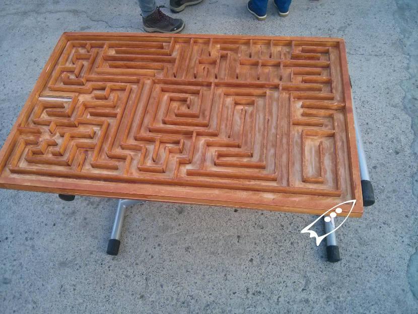Laberinto de madera de gran tamaño que se tienen que mover entre 2 personas