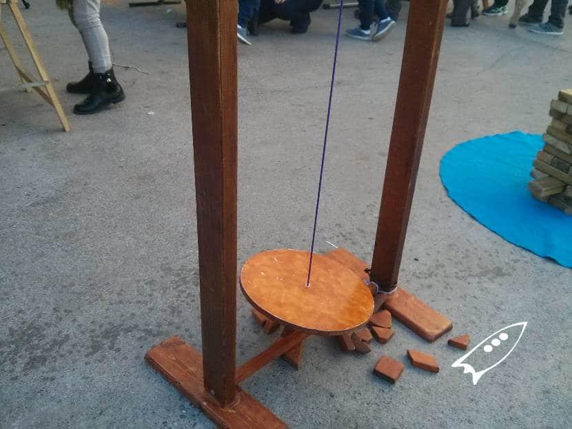 Juego para hacer torres en un péndulo manteniendo el equilibrio
