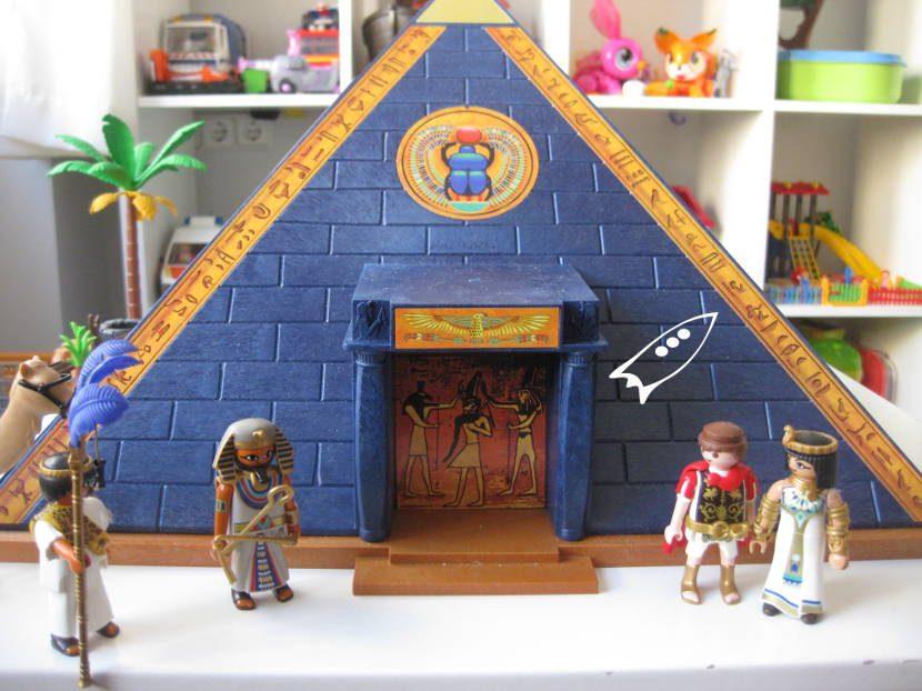 Pirámide de Playmobil con el set de Cleopatra y Julio César