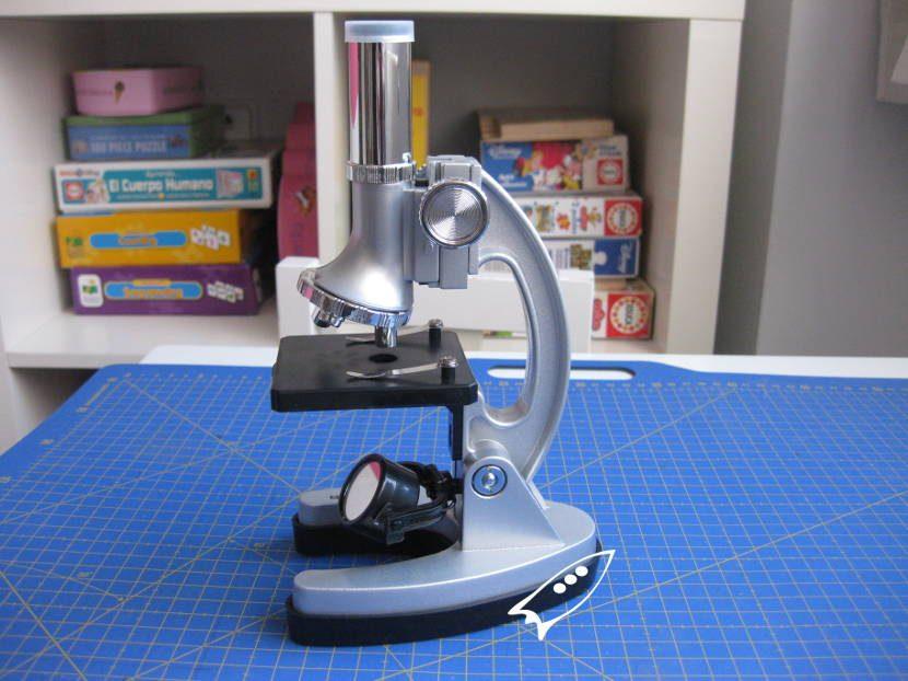 Microscopio para niños de Dideco con 1200 aumentos e iluminado