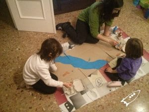 Pintando el Nilo sobre cartón con la familia