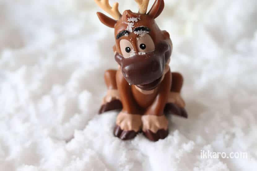 Kristoff jugando en nieve artifucial que hemos hecho en casa