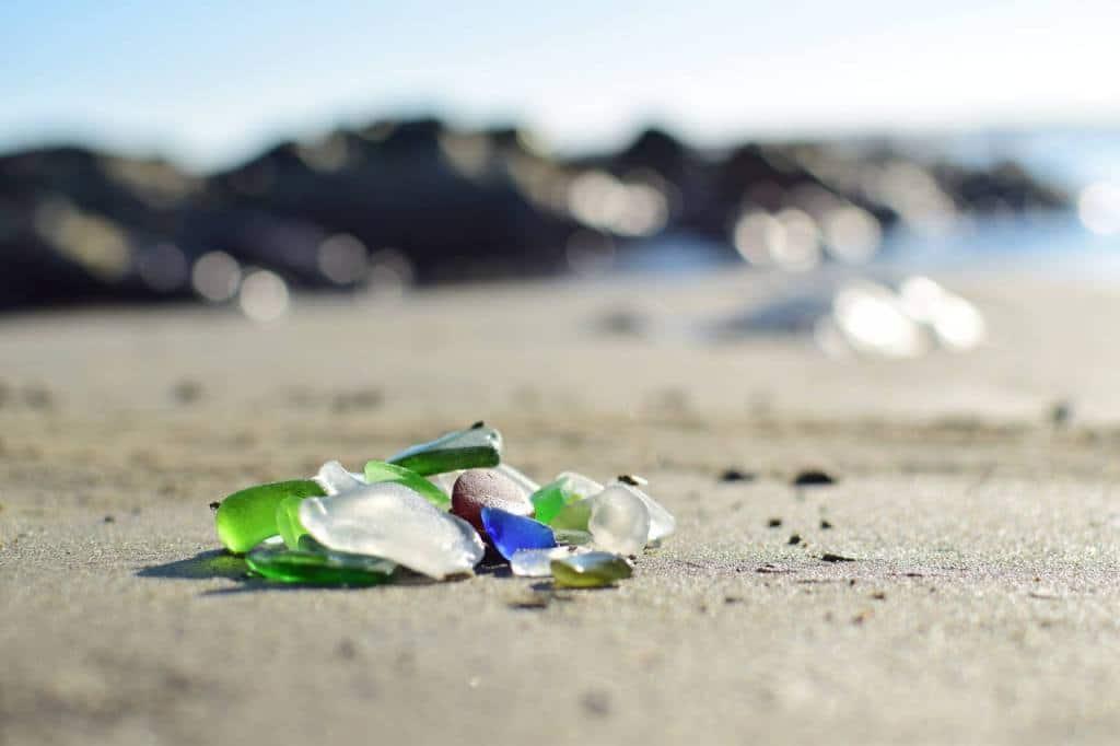 Sea glass, trozos de cristal erosionados y pulidos por la acción del mar