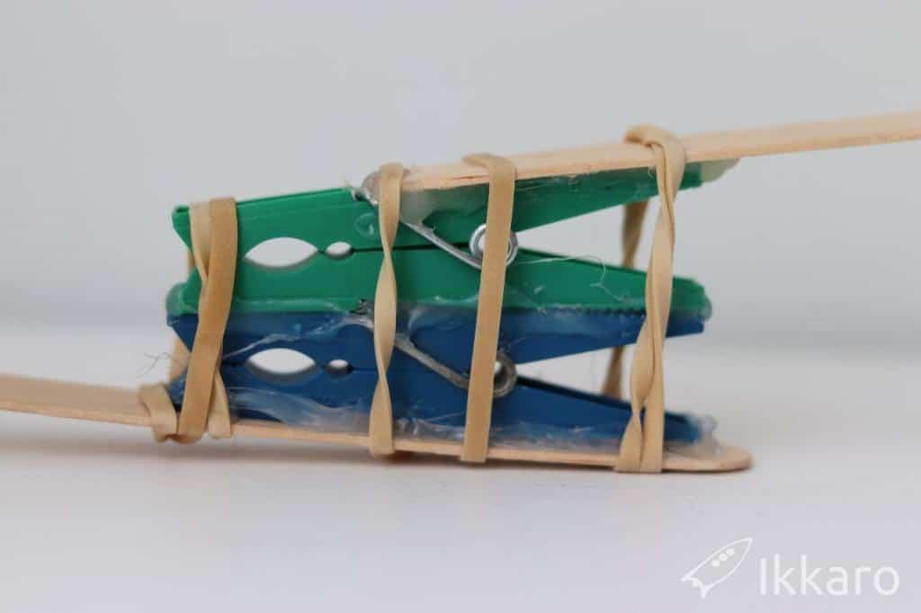 como hacer una  catapulta en casa con materiales cotidianos