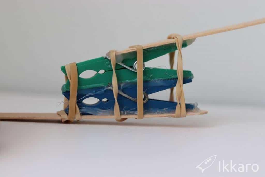 catapulta con pinzas de la ropa y gomas elásticas