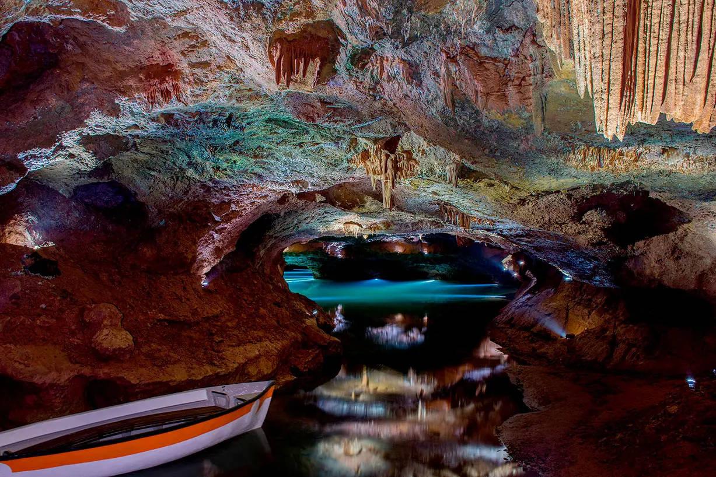 estalagtitas, estalagmitas e interior de las cuevas
